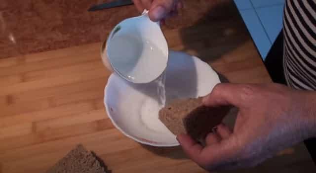 Хлеб разминаем в воде