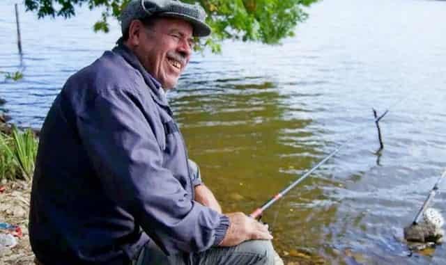 Дед на рыбалке