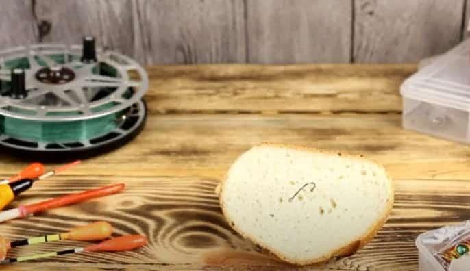 Как насадить хлеб на крючок